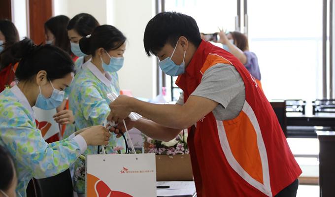 为了庆祝国际护士节SK海力士员工向当地医院员工捐赠疫情防控物资